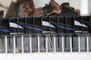 A row of Galaxy S6 edge smartphones are seen on display at the Samsung Galaxy Unpacked event at the Mobile World Congress. Albert Gea / Reuters